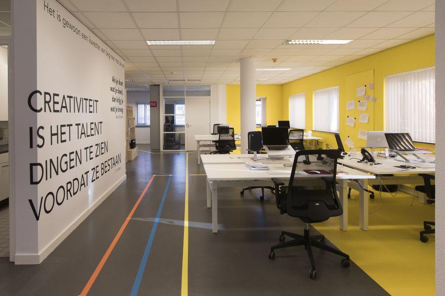 Leene kantoor muurtekst vloerlijnen